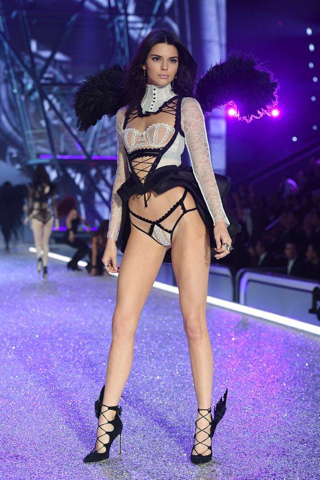 Chiêm ngưỡng loạt hình ảnh nóng bỏng tay trong Victorias Secret Fashion Show 2016! - Ảnh 46.