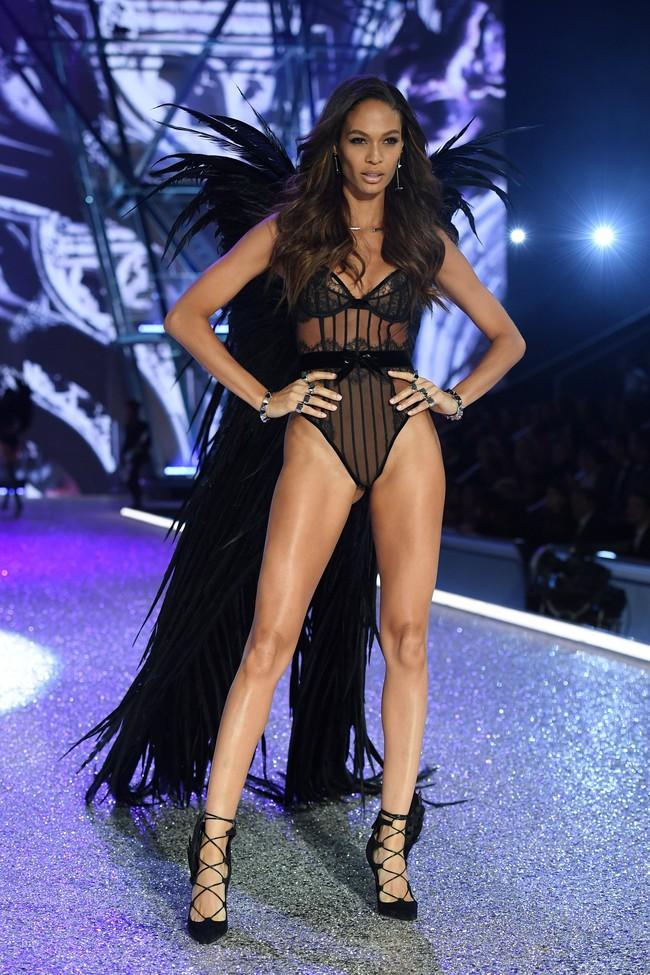 Chiêm ngưỡng loạt hình ảnh nóng bỏng tay trong Victorias Secret Fashion Show 2016! - Ảnh 54.