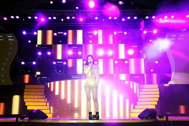 Đông Nhi sung hết cỡ cùng hàng nghìn fan trong đêm mở màn tour liveshow xuyên Việt - Ảnh 1.