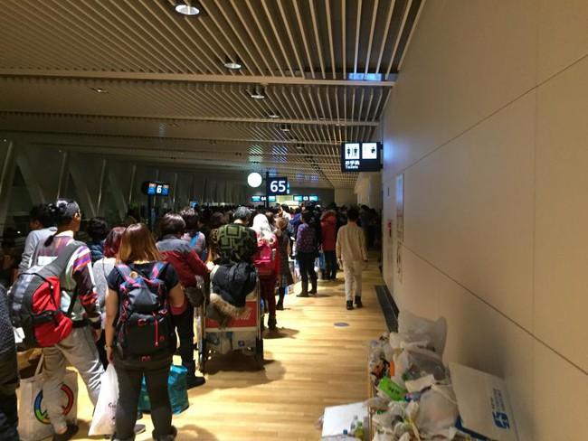 Tuyết rơi dày, hàng trăm du khách Trung Quốc náo loạn sân bay Nhật Bản vì chuyến bay bị hủy - Ảnh 7.