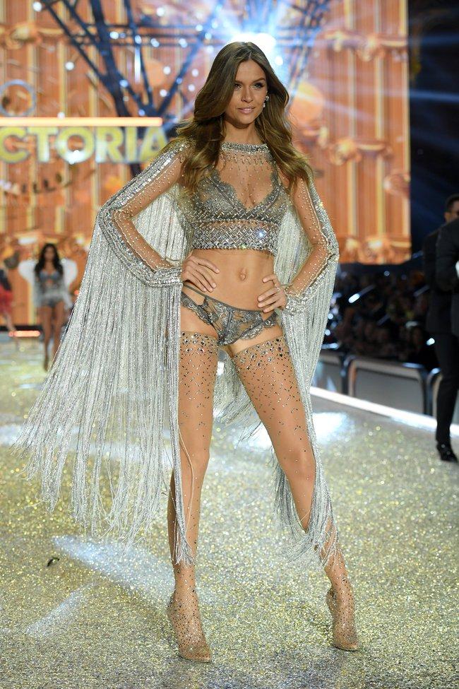 Chiêm ngưỡng loạt hình ảnh nóng bỏng tay trong Victorias Secret Fashion Show 2016! - Ảnh 56.