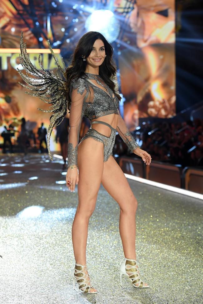 Chiêm ngưỡng loạt hình ảnh nóng bỏng tay trong Victorias Secret Fashion Show 2016! - Ảnh 62.
