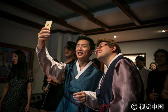 Chuyện tình đẹp của cặp đồng tính nam kết hôn tại Hàn Quốc nhưng phải sang Thụy Sĩ để đăng ký - Ảnh 3.