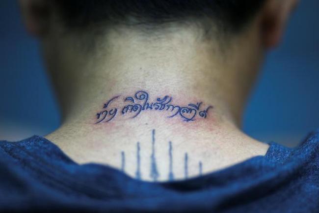 Người dân Thái đồng loạt đi xăm mình để tưởng nhớ đức vua Bhumibol Adulyadej - ảnh 7