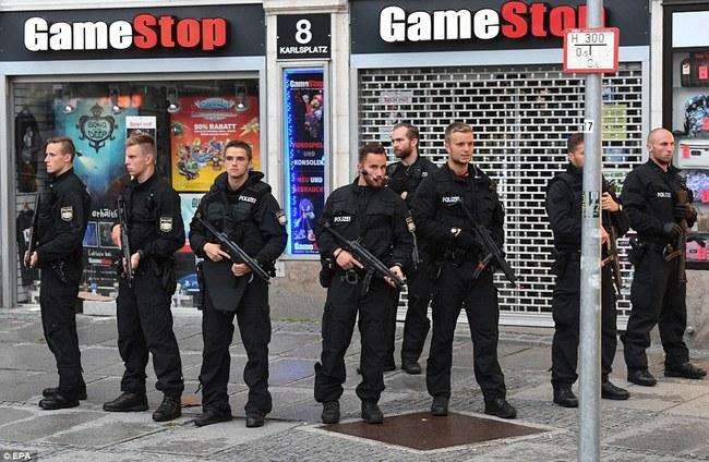 Đức: Xả súng tại trung tâm thương mại thành phố Munich, ít nhất 6 người chết - Ảnh 6.