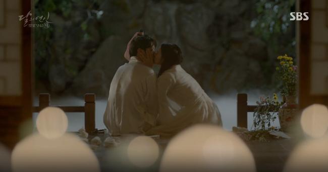 """""""Mười"""" Baekhyun chính thức có nụ hôn màn ảnh đầu tiên!"""