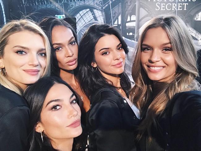 Dàn mẫu Victorias Secret đổ bộ sân khấu để tổng duyệt show, bật mí concept makeup và làm tóc - Ảnh 10.