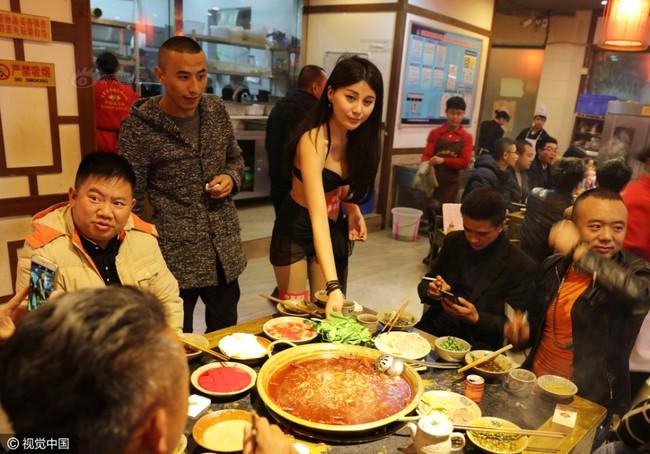 Nhà hàng lẩu gây chú ý khi dùng người mẫu mặc bikini tiếp đồ ăn cho khách giữa ngày đông giá rét - Ảnh 6.