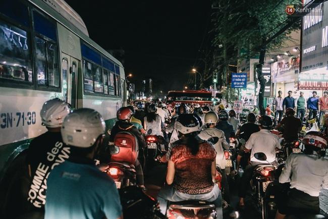 Phát điên, ngộp thở vì cảnh giờ nào cũng kẹt xe, chỗ nào cũng kẹt xe ở Sài Gòn - Ảnh 8.