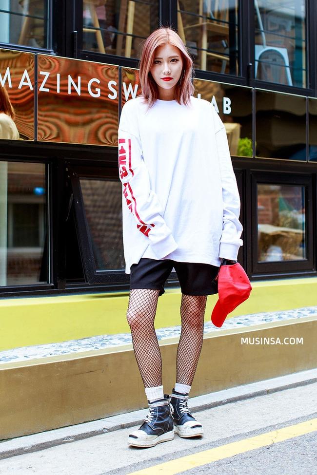 Ngắm street style giới trẻ thế giới, bạn sẽ thấy mặc chất chẳng bắt buộc phải cầu kỳ - Ảnh 4.