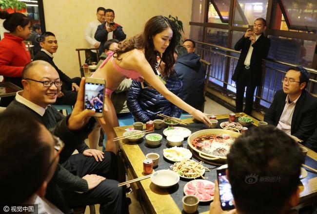 Nhà hàng lẩu gây chú ý khi dùng người mẫu mặc bikini tiếp đồ ăn cho khách giữa ngày đông giá rét - Ảnh 8.