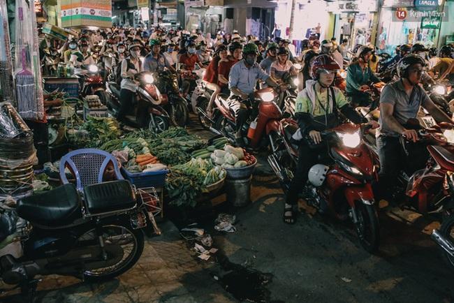 Phát điên, ngộp thở vì cảnh giờ nào cũng kẹt xe, chỗ nào cũng kẹt xe ở Sài Gòn - Ảnh 9.