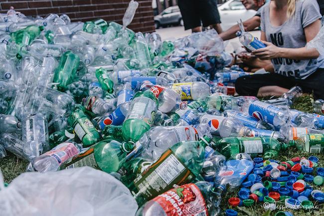 Bộ ảnh nàng tiên cá với sự có mặt của 10.000 chai nhựa cũ - Ảnh 11.