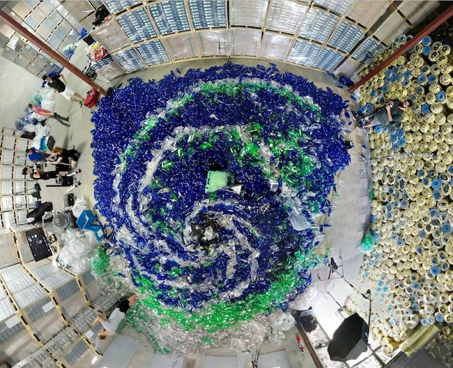 Bộ ảnh nàng tiên cá với sự có mặt của 10.000 chai nhựa cũ - Ảnh 17.