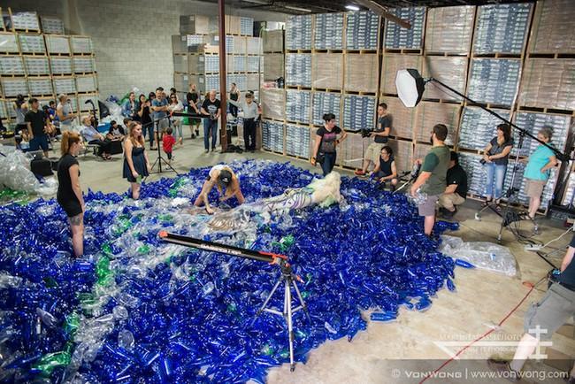 Bộ ảnh nàng tiên cá với sự có mặt của 10.000 chai nhựa cũ - Ảnh 19.