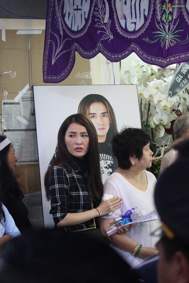 Bố Minh Thuận, Nhật Hào bật khóc xúc động trong tang lễ - Ảnh 10.