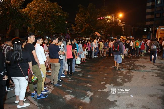 Quên đi mưa bão dữ dội, đồng nghiệp và khán giả đồng lòng nán lại xem liveshow Việt Hương đến phút cuối - Ảnh 2.