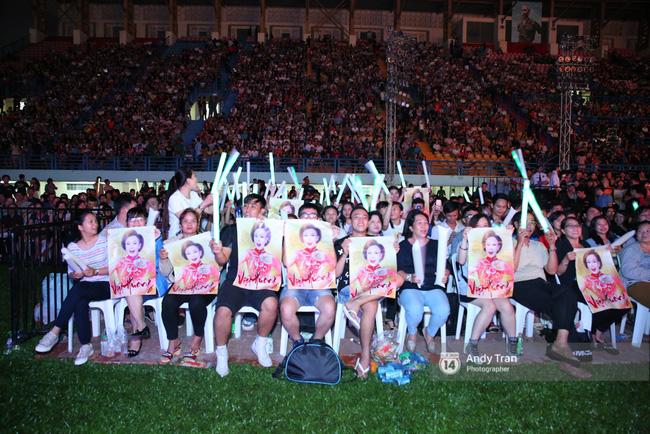 Quên đi mưa bão dữ dội, đồng nghiệp và khán giả đồng lòng nán lại xem liveshow Việt Hương đến phút cuối - Ảnh 1.