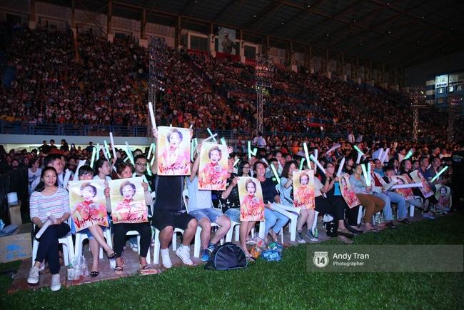 Quên đi mưa bão dữ dội, đồng nghiệp và khán giả đồng lòng nán lại xem liveshow Việt Hương đến phút cuối - Ảnh 3.