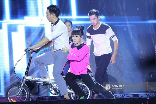 Quên đi mưa bão dữ dội, đồng nghiệp và khán giả đồng lòng nán lại xem liveshow Việt Hương đến phút cuối - Ảnh 4.