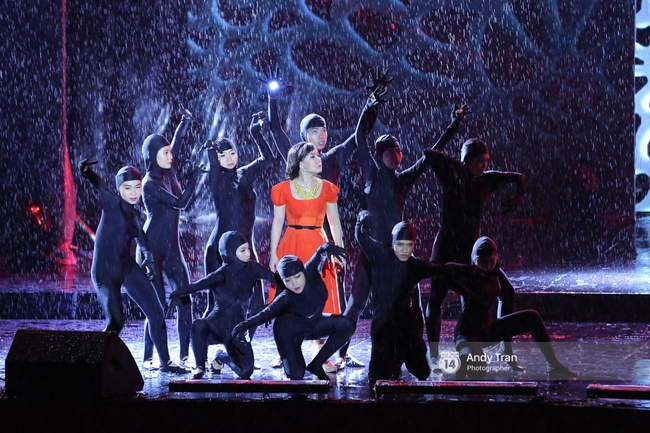 Quên đi mưa bão dữ dội, đồng nghiệp và khán giả đồng lòng nán lại xem liveshow Việt Hương đến phút cuối - Ảnh 11.