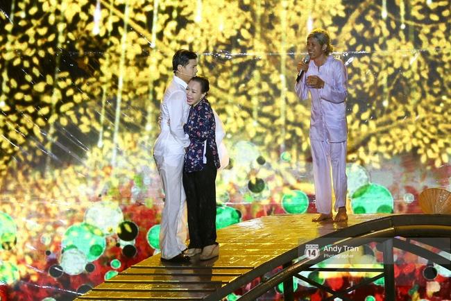 Quên đi mưa bão dữ dội, đồng nghiệp và khán giả đồng lòng nán lại xem liveshow Việt Hương đến phút cuối - Ảnh 13.
