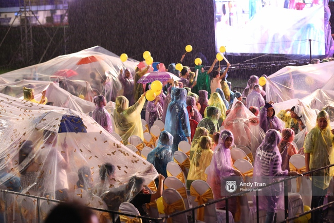 Quên đi mưa bão dữ dội, đồng nghiệp và khán giả đồng lòng nán lại xem liveshow Việt Hương đến phút cuối - Ảnh 9.