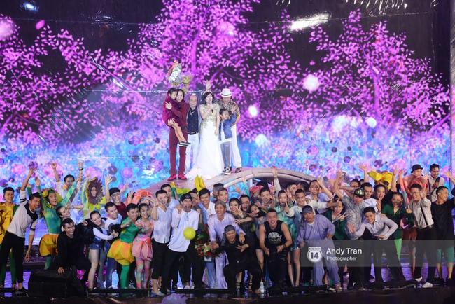 Quên đi mưa bão dữ dội, đồng nghiệp và khán giả đồng lòng nán lại xem liveshow Việt Hương đến phút cuối - Ảnh 16.