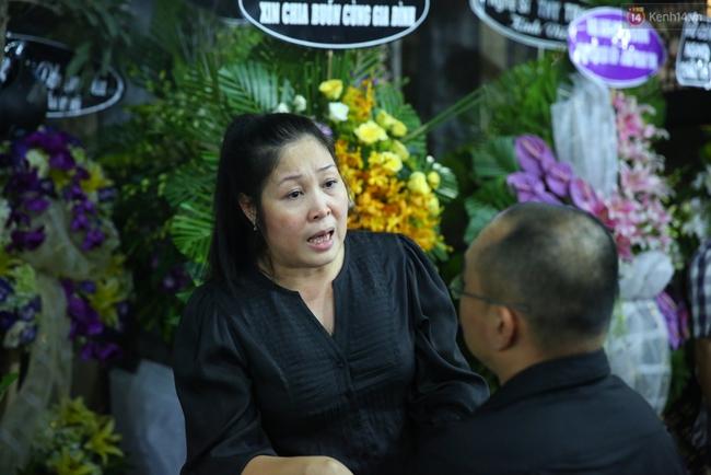 Người dân vây kín, bảo vệ phải lập rào chắn quanh lễ tang NSND Thanh Tòng - Ảnh 9.