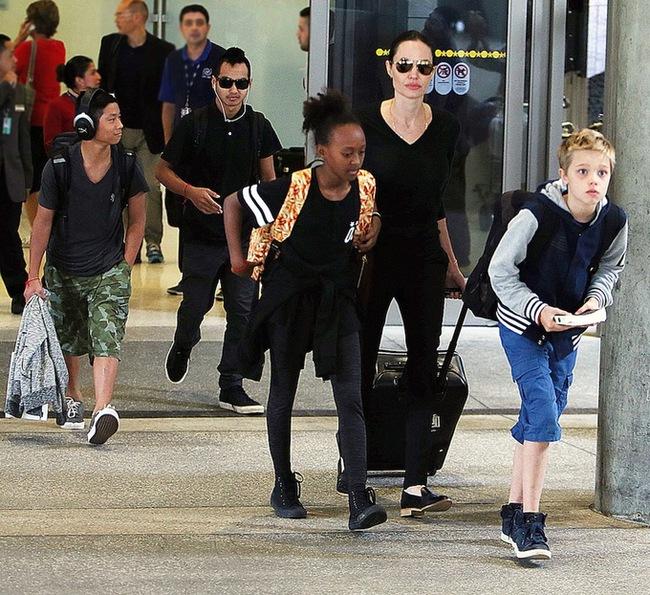 Các con của Angelina Jolie van xin mẹ quay lại với Brad Pitt - Ảnh 1.