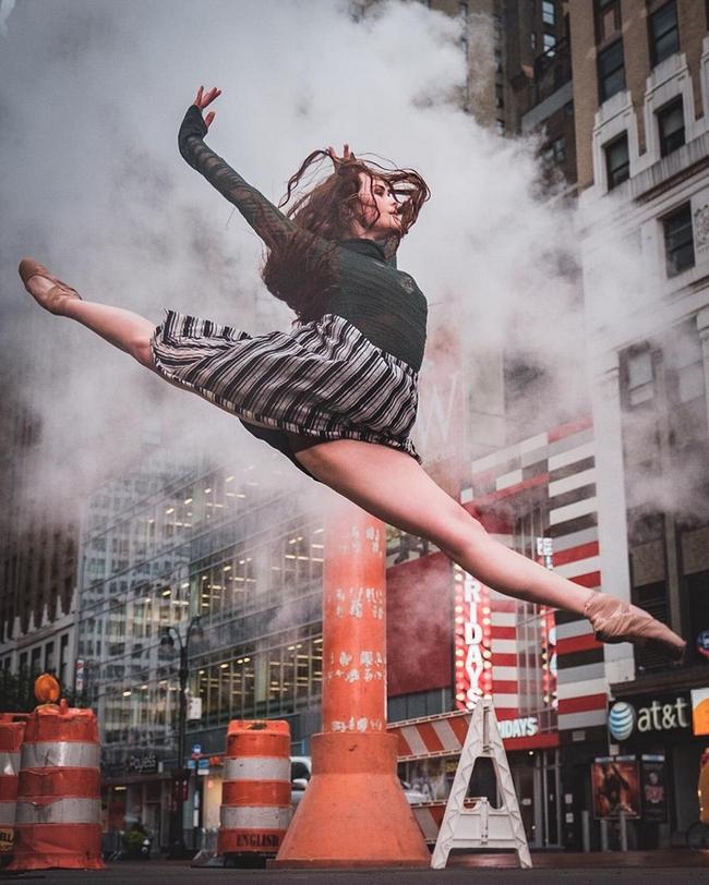Đắm chìm vào vũ điệu đường phố qua bộ ảnh múa ballet của những nghệ sĩ không chuyên - Ảnh 11.