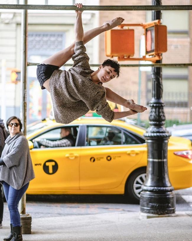 Đắm chìm vào vũ điệu đường phố qua bộ ảnh múa ballet của những nghệ sĩ không chuyên - Ảnh 3.