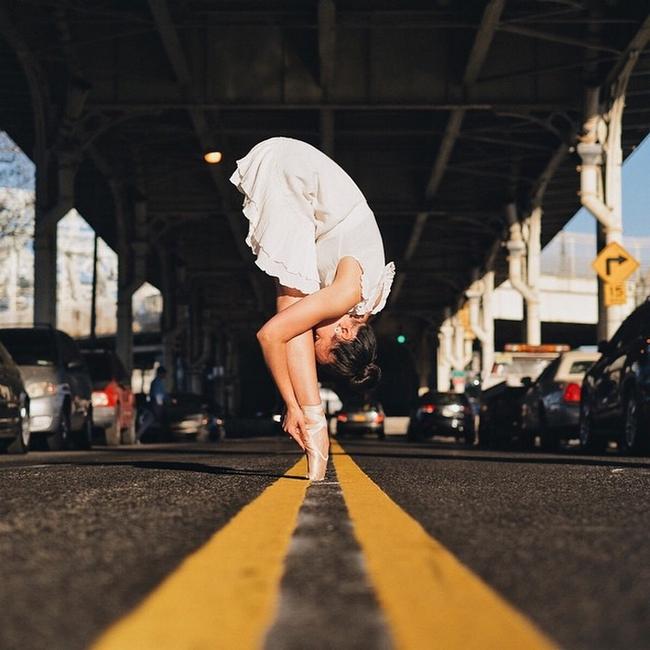 Đắm chìm vào vũ điệu đường phố qua bộ ảnh múa ballet của những nghệ sĩ không chuyên - Ảnh 5.