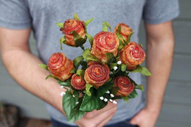 Hoa hồng ư, xưa rồi! Lãng mạn là phải tặng nhau hoa... thịt xông khói cơ! - Ảnh 3.