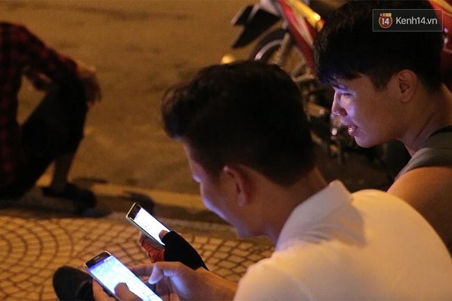 Chùm ảnh: Gần nửa đêm vẫn tắc đường vì người người đổ xô đi săn Pokemon - Ảnh 17.