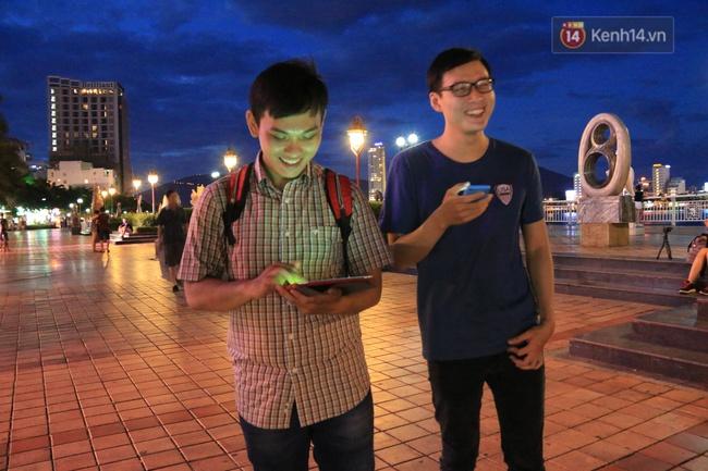 Chùm ảnh: Gần nửa đêm vẫn tắc đường vì người người đổ xô đi săn Pokemon - Ảnh 25.