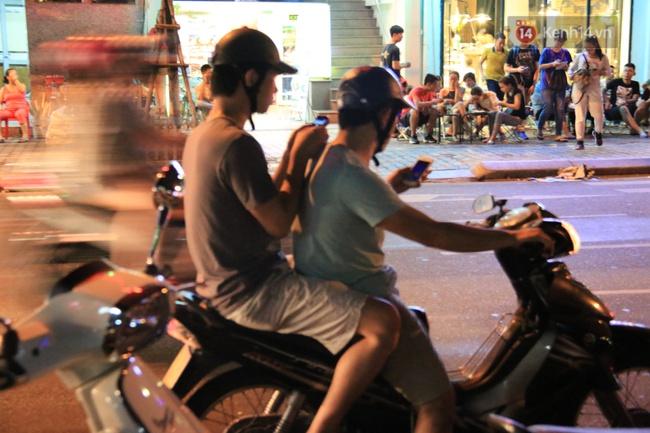 Chùm ảnh: Gần nửa đêm vẫn tắc đường vì người người đổ xô đi săn Pokemon - Ảnh 29.
