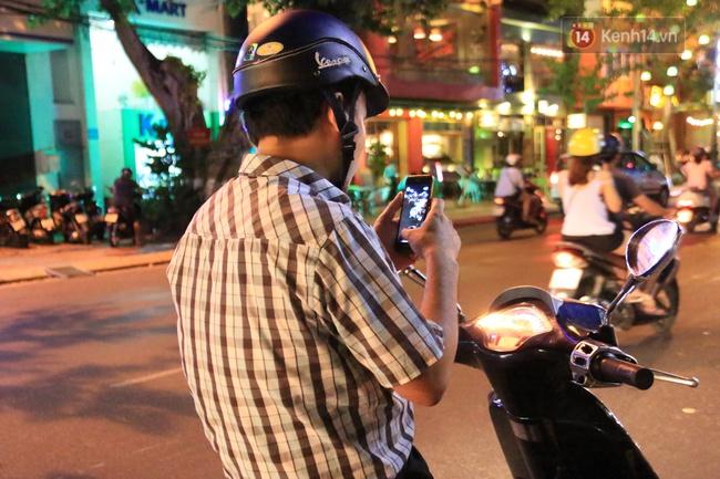 Chùm ảnh: Gần nửa đêm vẫn tắc đường vì người người đổ xô đi săn Pokemon - Ảnh 22.