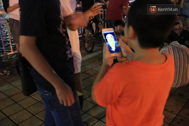 Chùm ảnh: Gần nửa đêm vẫn tắc đường vì người người đổ xô đi săn Pokemon - Ảnh 24.