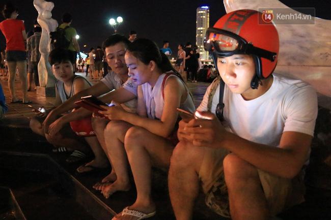 Chùm ảnh: Gần nửa đêm vẫn tắc đường vì người người đổ xô đi săn Pokemon - Ảnh 27.