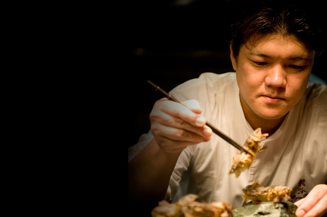 """""""Lác mắt"""" với kĩ thuật chế biến cá ăn được từ vẩy đến xương của đầu bếp 3 sao Michelin người Nhật - Ảnh 1."""
