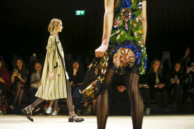 Trẻ trung xinh đẹp, nhưng Triệu Vy lại là sao ăn mặc chán đời nhất show Burberry - Ảnh 16.