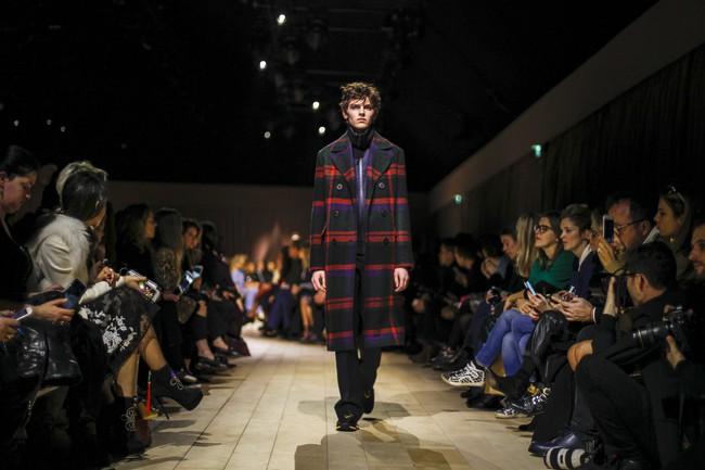 Trẻ trung xinh đẹp, nhưng Triệu Vy lại là sao ăn mặc chán đời nhất show Burberry - Ảnh 17.