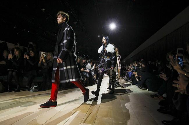 Trẻ trung xinh đẹp, nhưng Triệu Vy lại là sao ăn mặc chán đời nhất show Burberry - Ảnh 18.