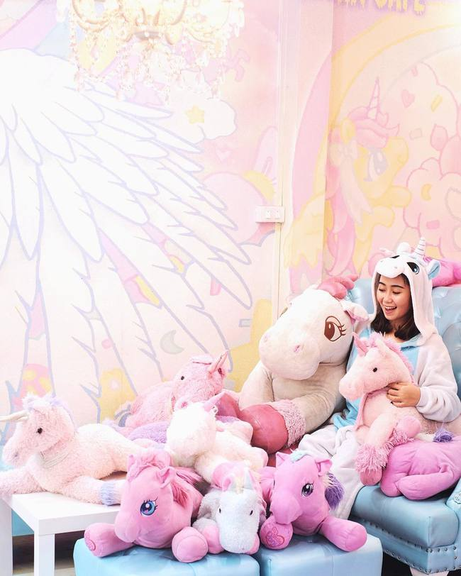 Quán cafe kỳ lân tông hường mộng mơ dành cho fan của My Little Pony - Ảnh 1.