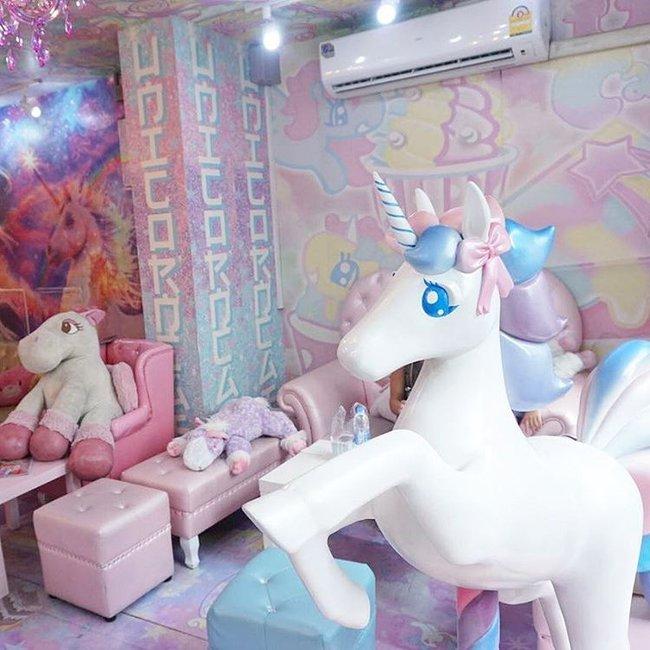 Quán cafe kỳ lân tông hường mộng mơ dành cho fan của My Little Pony - Ảnh 4.