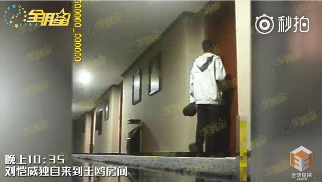 Chồng Dương Mịch tiếp tục bị tố bằng chứng ngoại tình đọc kịch bản lúc đèn đã tắt với bạn diễn xinh đẹp - Ảnh 3.