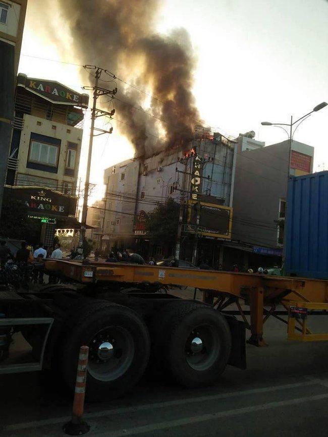 Cháy lớn tại quán karaoke 6 tầng ở Bắc Ninh, nhiều nhân viên và khách bỏ chạy tán loạn - Ảnh 2.
