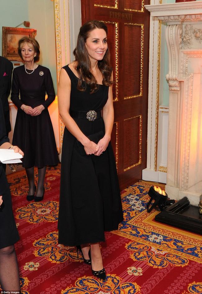 Công nương Kate cũng như chúng mình, mê váy áo quá thì mua tận mấy màu về mặc dần thôi... - Ảnh 1.