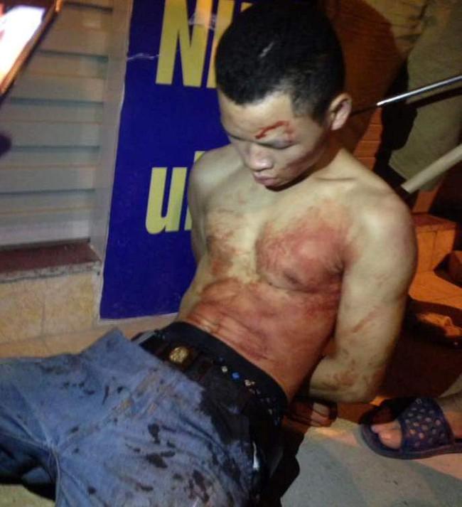 Hà Nội: Giây phút bắt sống nam thanh niên 19 tuổi cứa cổ lái xe taxi trong đêm - Ảnh 1.